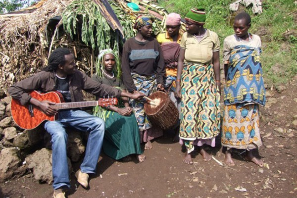 Winyo plays with Batwa singers from Mperwa group